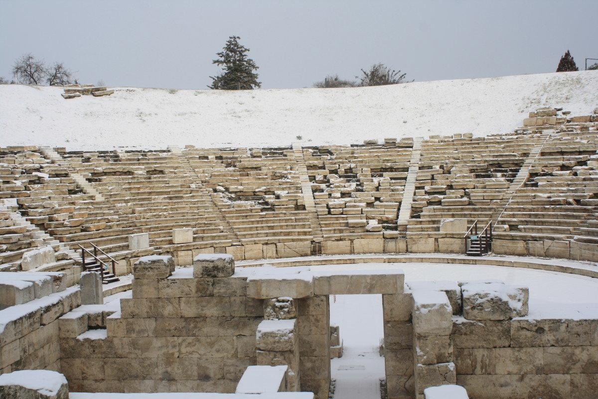 Το Αρχαίο Θέατρο Λάρισας χιονισμένο