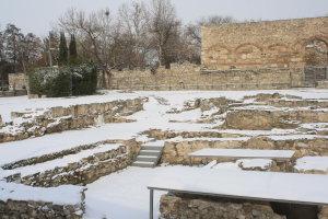 Στα λευκά ο λόφος του Φρουρίου