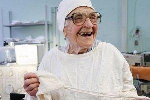 Χειρουργός ετών… 89, δεν έχει σκοπό να παραδώσει το νυστέρι!