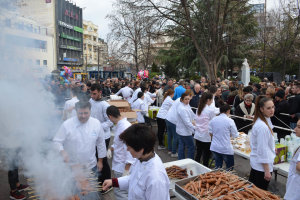 Τσικνοπέμπτη με χιλιάδες Λαρισαίους στην Κ. Πλατεία (ΦΩΤΟ)