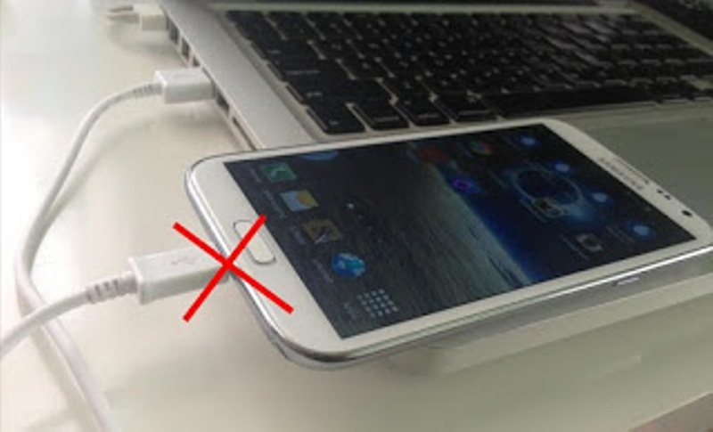 Φορτίζεις το κινητό από τον υπολογιστή; Δες από τι κινδυνεύεις