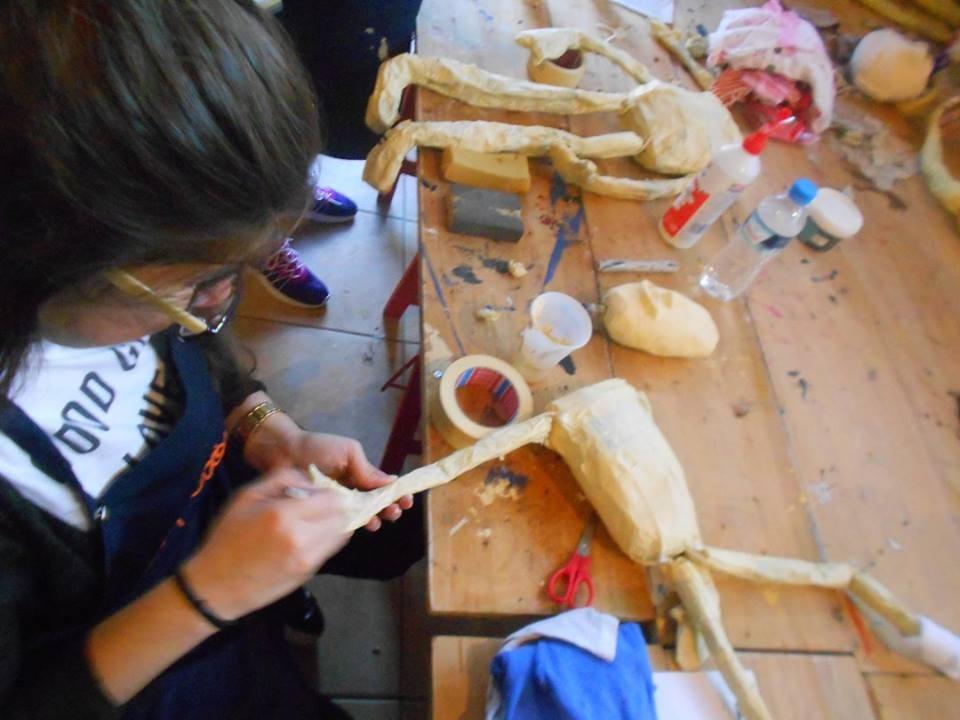Εθελοντές Λαρισαίοι ξαναφτιάχνουν τις κούκλες της καμμένης φάτνης της Λάρισας
