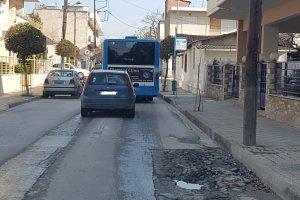 «Βγάζει μάτι» η λακκούβα στην οδό Καρφή (ΦΩΤΟ)