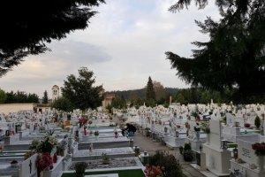 Μηνύματα για άμεση εκταφή άφησαν επάνω στους τάφους (ΦΩΤΟ)