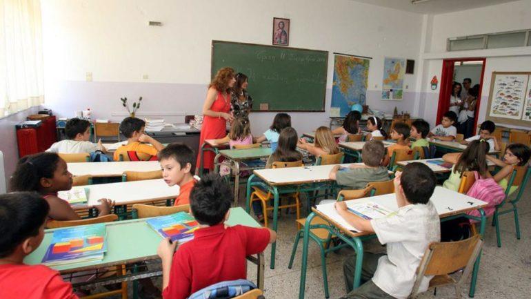 Το Politico εξηγεί τους λόγους για τους οποίους οι Έλληνες μαθητές στα ευρωπαϊκά σχολεία