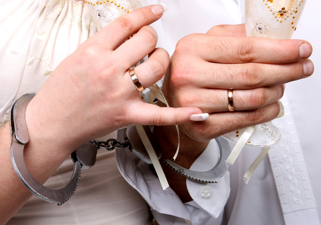 Αγγελία: Ζευγάρι ψάχνει άτομο να βιντεοσκοπήσει την πρώτη νύχτα γάμου