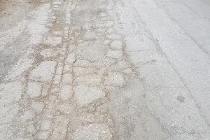 «Μάχη» με τις λακκούβες σε δρόμους της Λάρισας (ΦΩΤΟ)