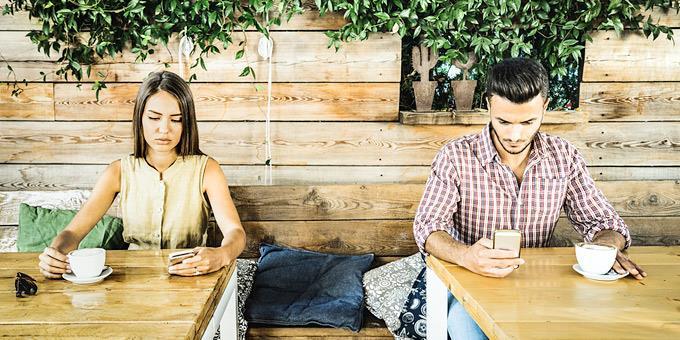Τα κινητά τηλέφωνα βλάπτουν σοβαρά… την αγάπη