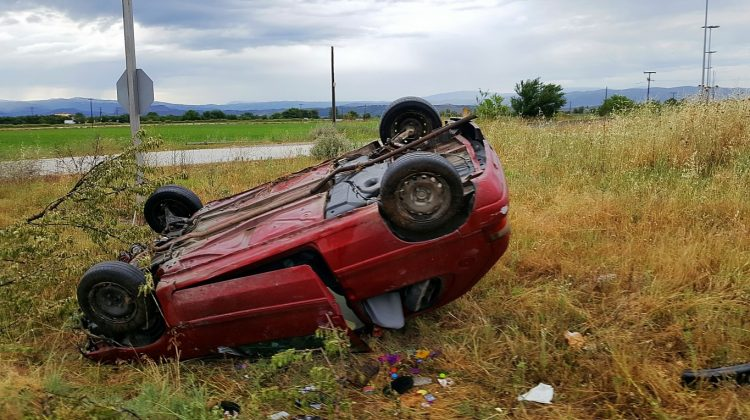 Άγιο είχε οδηγός αυτοκινήτου στα Τρίκαλα που «εκτοξεύτηκε» από τον δρόμο (ΦΩΤΟ)