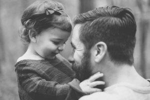 Οι μπαμπάδες αντιδρούν πιο ευαίσθητα στις κόρες τους από ότι στους γιους τους