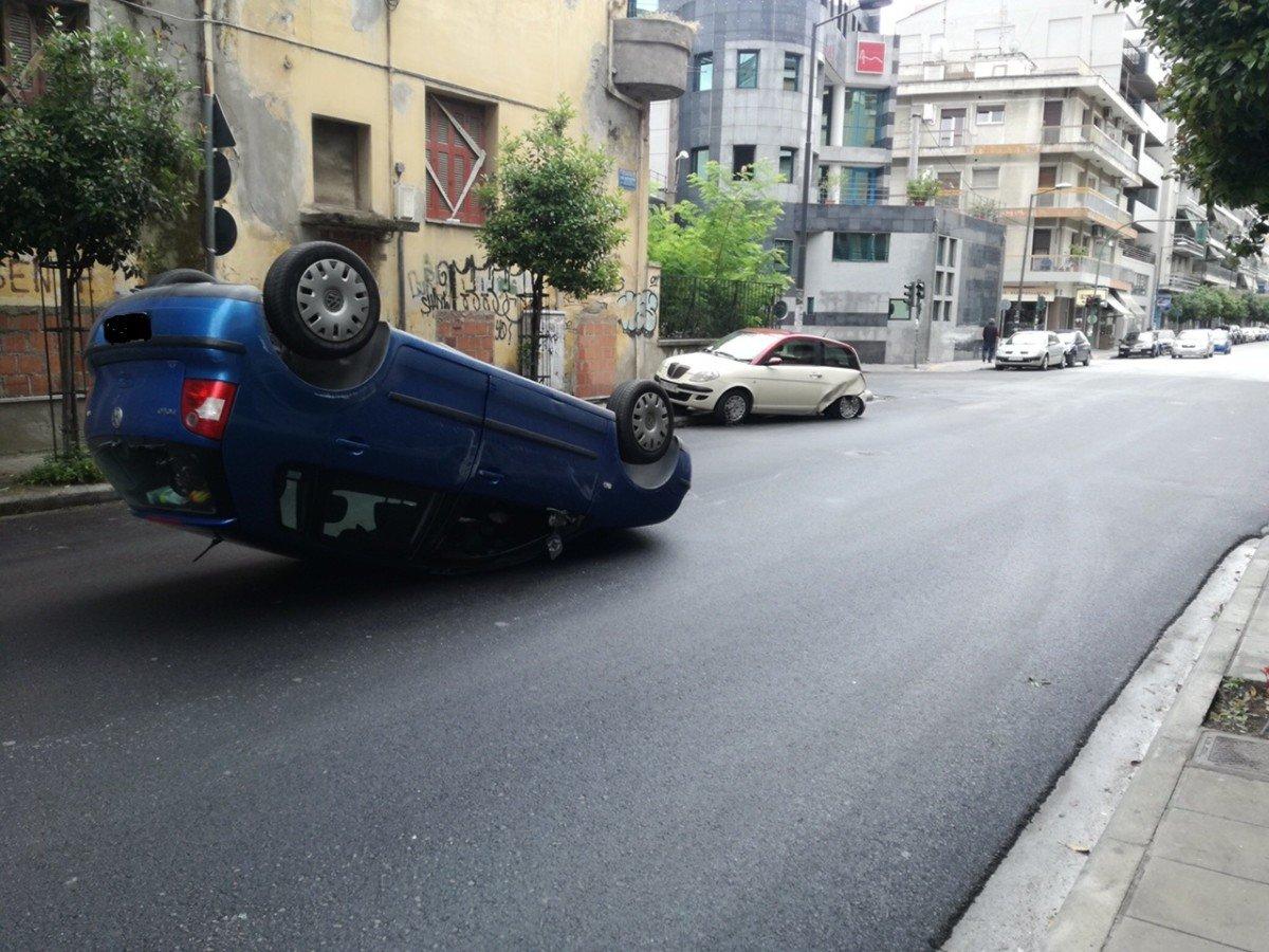 Τούμπαρε ΙΧ αυτοκίνητο σήμερα το πρωί σε κεντρικό δρόμο της Λάρισας