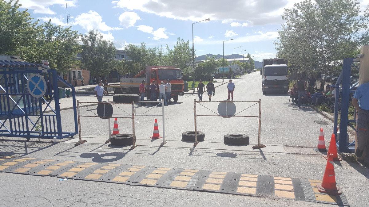 Υπό κατάληψη απλήρωτων συμβασιούχων το αμαξοστάσιο του Δήμου Λαρισαίων