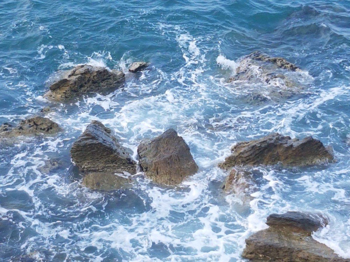 Νεκρός στα βράχια της θάλασσας – Επιχείρηση απεγκλωβισμού