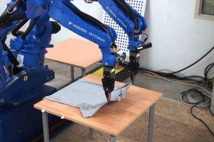 Ρομπότ σιδερώνει ρούχα
