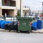 «Πακετάρουν» σκουπίδια σε γειτονιά της Λάρισας (ΦΩΤΟ)