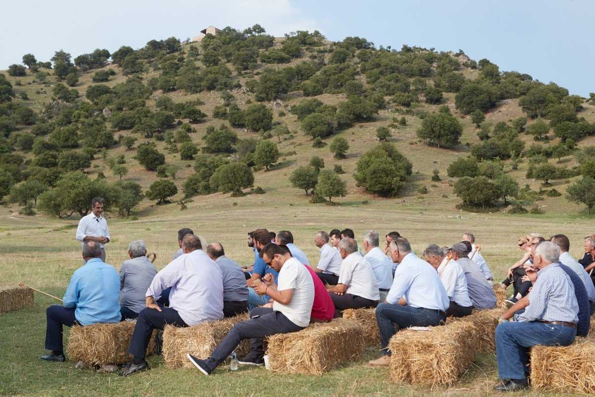 Η κυρία με τις 12ποντες γόβες που κάθισε στον… σανό για τον Κυριάκο