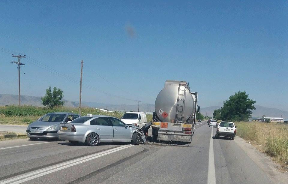 Σύγκρουση ταξί με βυτιοφόρο στο δρόμο προς Τύρναβο (ΦΩΤΟ)
