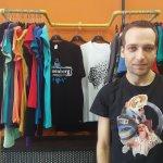 Κυριάκος Συντζάκης: «Η εποχή μας μέσα από T-Shirts»