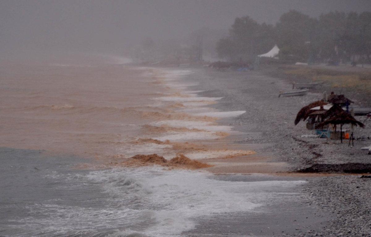 Άλλαξε χρώμα η θάλασσα στα παράλια (ΦΩΤΟ + ΒΙΝΤΕΟ)