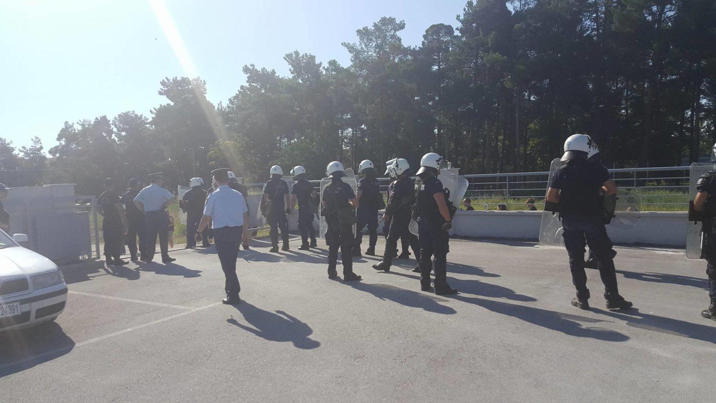 Σε κλοιό αντιεξουσιαστών και αστυνομικών δυνάμεων το πρωί η Περιφέρεια στην οδό Θεοφράστου στη Λάρισα