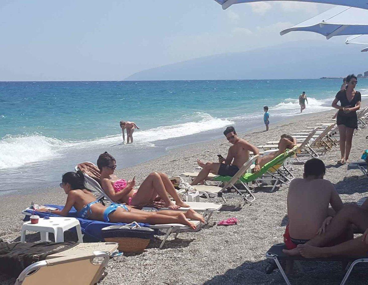 Οι Λαρισαίοι απόλαυσαν την δροσιά στη παραλία (φωτ.)