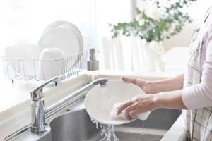 Τρεις τρόποι για να μην πλένετε πολλά πιάτα το καλοκαίρι
