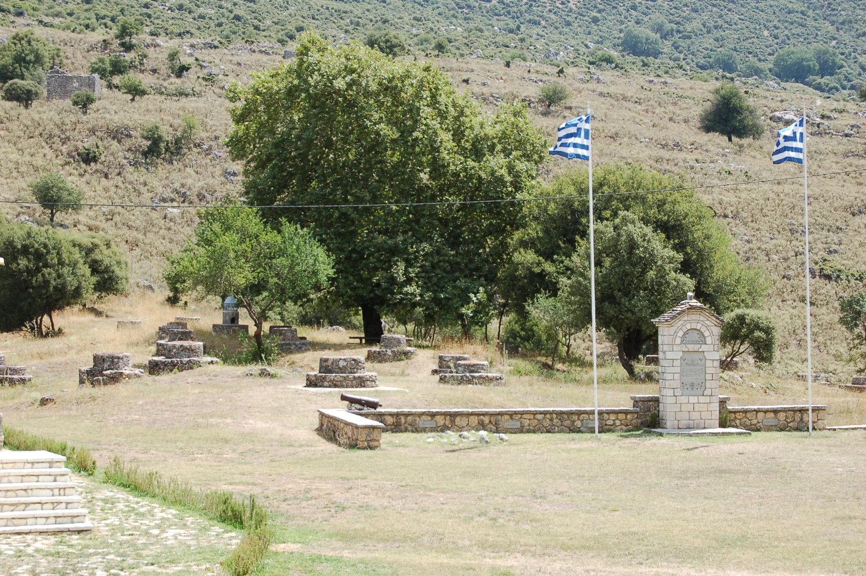 Το μνημείο και κάποια από τα περίπου τριακόσια πηγάδια των Σουλιωτών