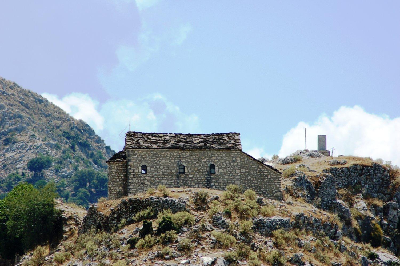 Το Κούγκι με το ξωκλήσι της Αγίας Παρασκευής. Διακρίνονται τα ερείπια από τα ταμπούρια των Σουλιωτών