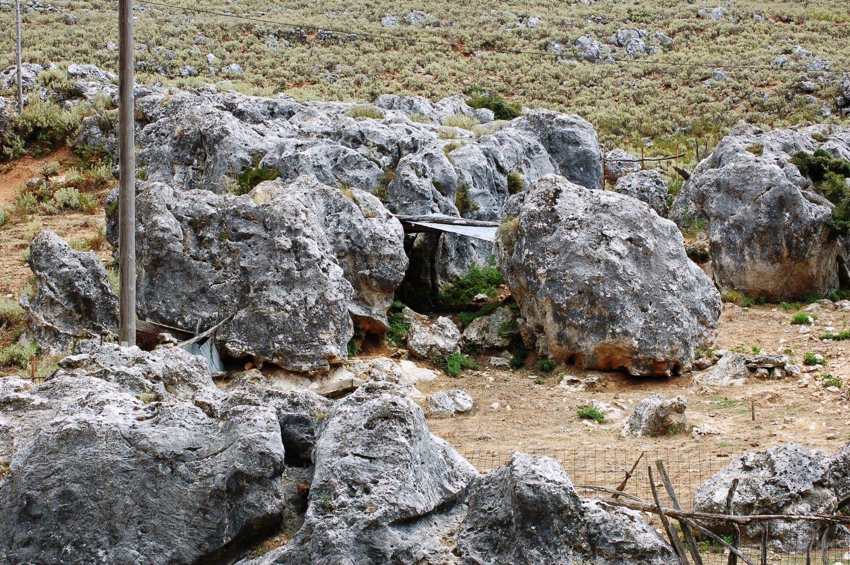Θεόρατα βράχια για τοίχοι και μια λαμαρίνα για στέγη: Το μαντρί