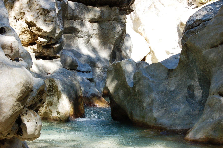 Σμιλευμένα βράχια και εμφανείς ρίζες αιωνόβιων δέντρων σε καθηλώνουν με την πλαστικότητα των σχημάτων τους στη συμβολή του ρέματος του Ντάλα με τον Αχέροντα