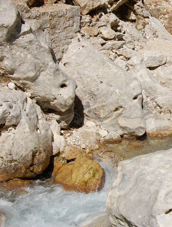 Το πέρασμα στο ρέμα του Ντάλα, που πρέπει να μπεις στο νερό για να περάσεις απέναντι