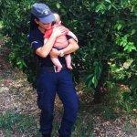 Τι λέει η αστυνομικός που πήρε αγκαλιά το μωρό σε τροχαίο