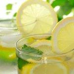5 καλοί λόγοι για να ξεκινάς την ημέρα σου με χυμό λεμονιού και νερό