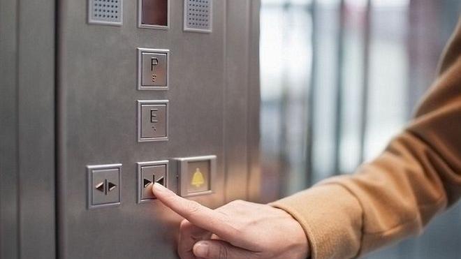 Γιατί κινδυνεύουν με πρόστιμα διαχειριστές και ιδιοκτήτες για τα ασανσέρ