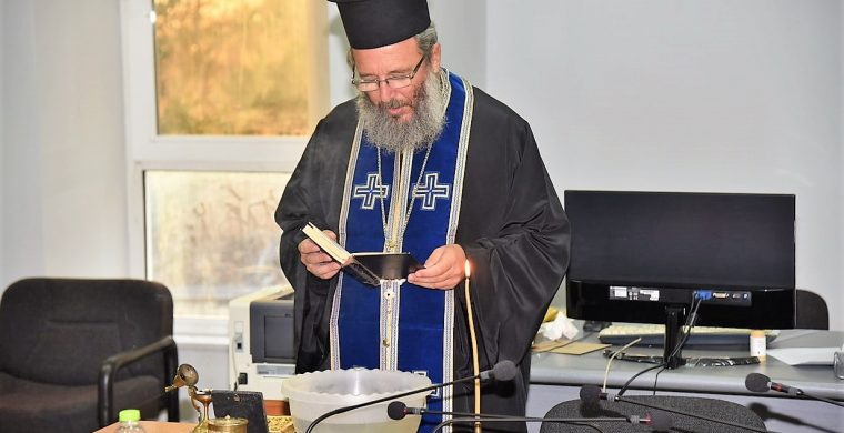 Κλήθηκε ιερέας στο Δ.Σ. Φαρκαδόνας για να ξορκίσει το κακό