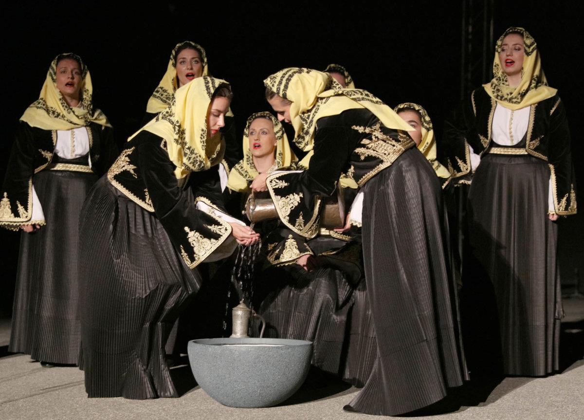 Εικόνες από την παράσταση του Λυκείου Ελληνίδων Λάρισας (& video)