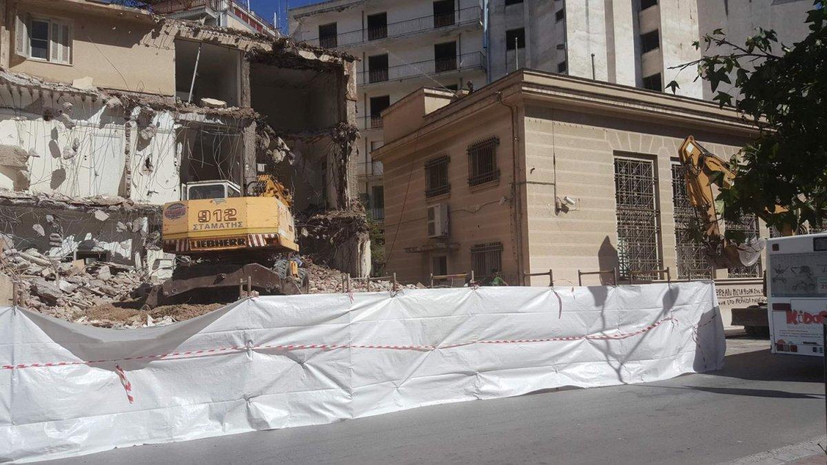 Γκρεμίζεται κτήριο στο κέντρο της Λάρισας (φωτ.)