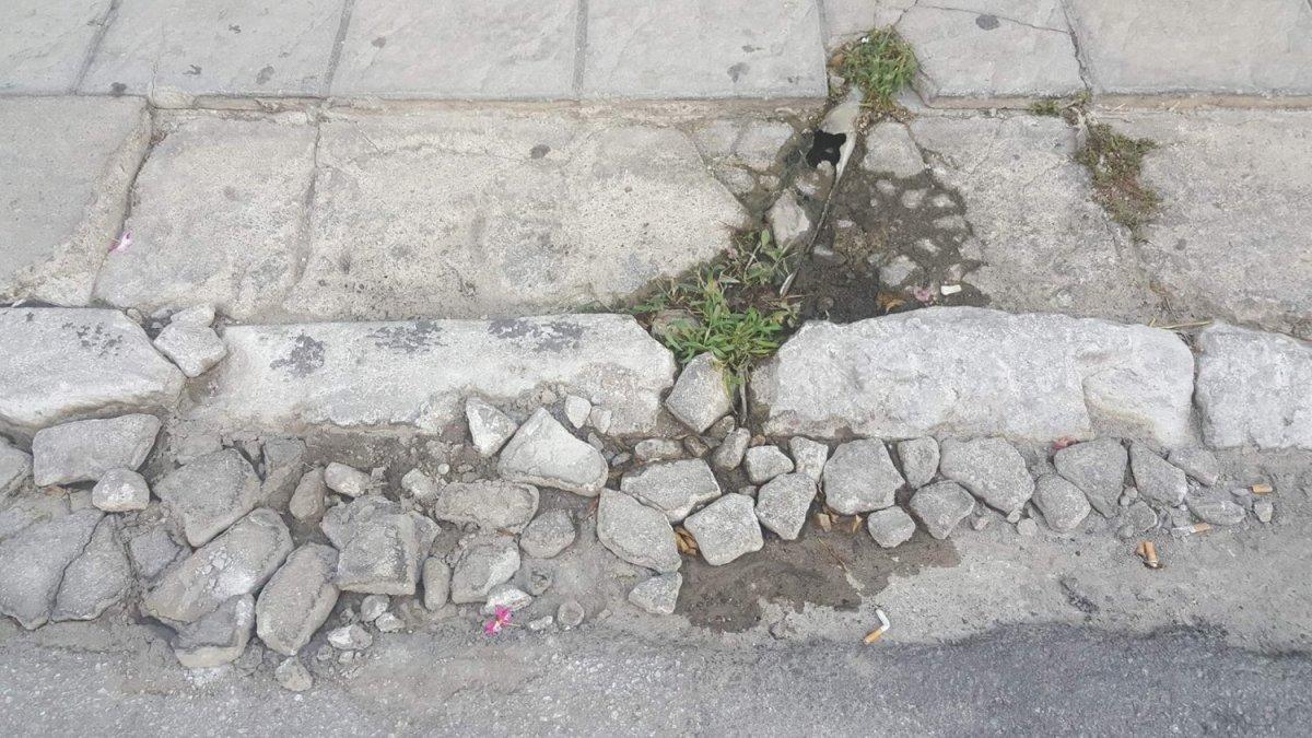 Παγίδες και… άσχημα σε πεζοδρόμια στο κέντρο της Λάρισας (ΦΩΤΟ)