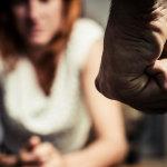 Σοκ: Μεθυσμένος-νταής έδερνε τη γυναίκα του στη μέση του δρόμου