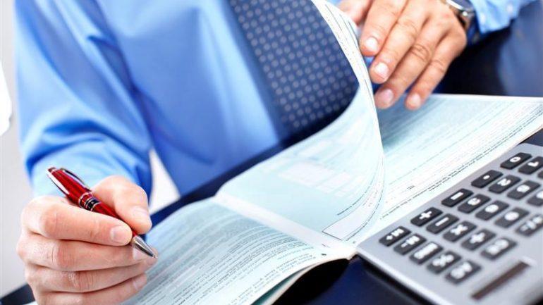 Η κομπίνα ενός λογιστή με επιστροφές φόρου πελατών του