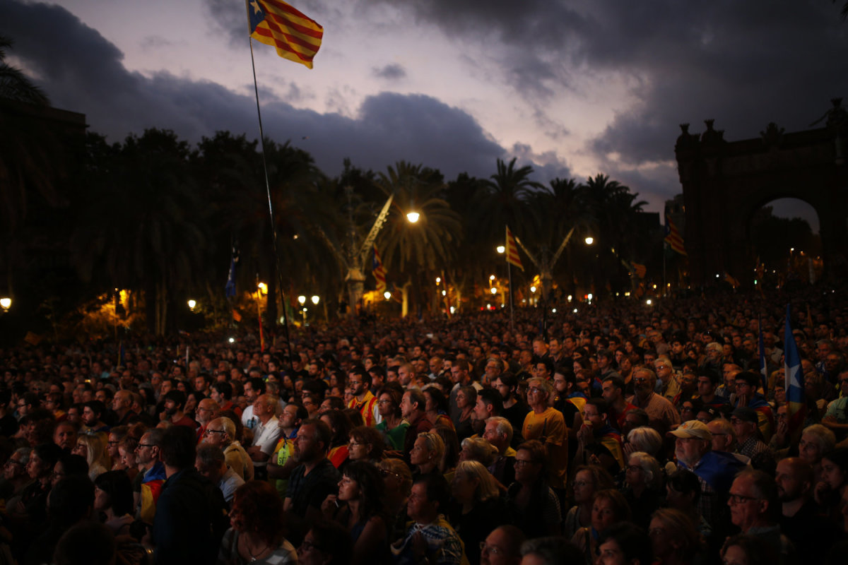Καταλωνία: Βήμα πίσω με μήνυμα διαλόγου από τον Κάρλες Πουτζδεμόν
