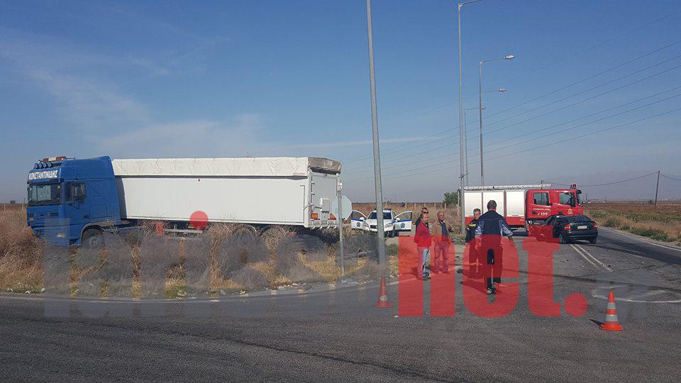 Λάρισα: Φορτηγό συγκρούστηκε με αυτοκίνητο (ΦΩΤΟ)
