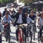 Γαμπρός πήγε στην εκκλησία με… ποδήλατο συνοδευόμενος από τους μαθητές του
