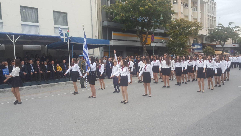 Με μουντό καιρό αλλά με χιλιάδες Λαρισαίους πραγματοποιήθηκε η παρέλαση στη Λάρισα (ΦΩΤΟ)