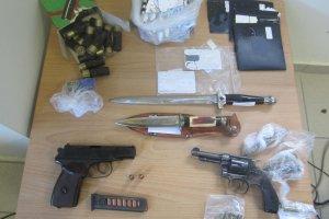 Τριπλή σύλληψη για ναρκωτικά και όπλα στον Τύρναβο