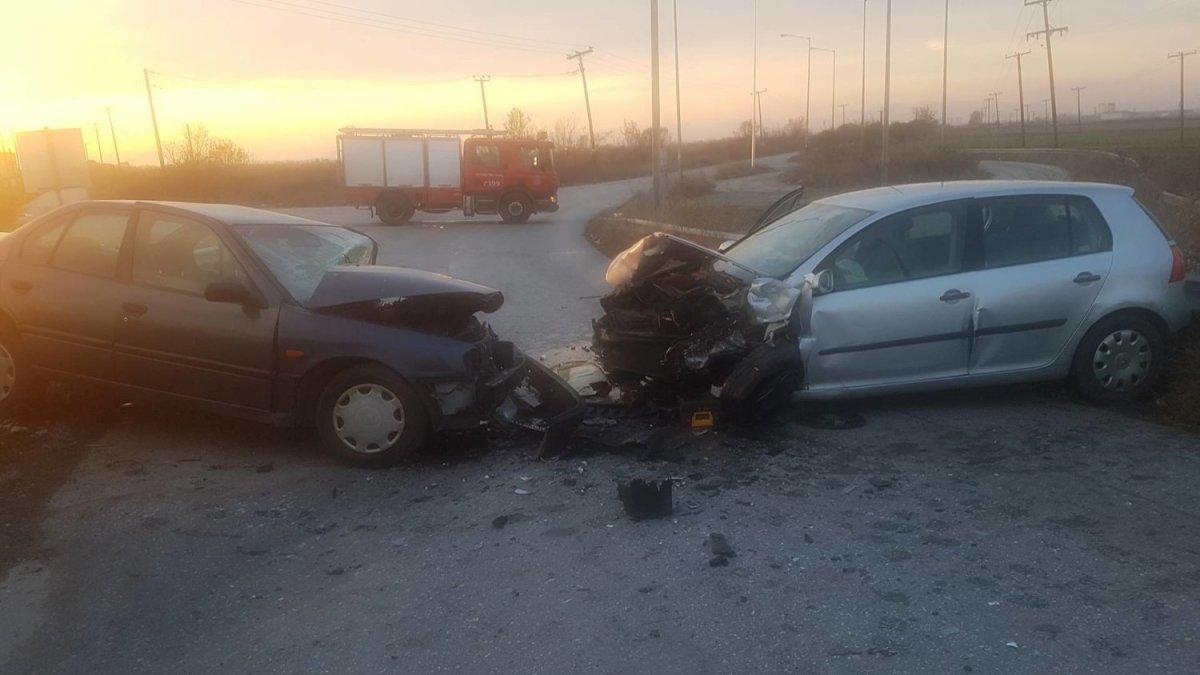 Τροχαίο ατύχημα με σφοδρή σύγκρουση αυτοκινήτων έξω από τη Λάρισα - 4 τραυματίες