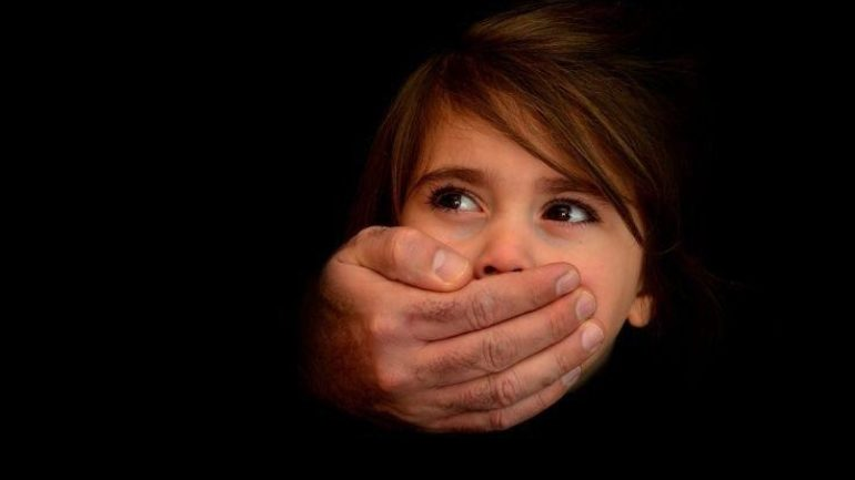 Δεκαετής κάθειρξη για βιασμό ανηλίκου που εξέδιδε η μητέρα του