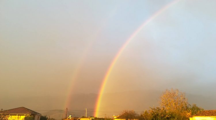 Με ένα «διπλό» ουράνιο τόξο ξύπνησαν τα Τρίκαλα το πρωινό της Δευτέρας (ΦΩΤΟ)