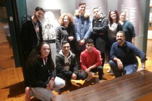Η Βάνια Τλούπα με σπουδαστές φωτογράφους  στην έκθεση Τ. Τλούπα