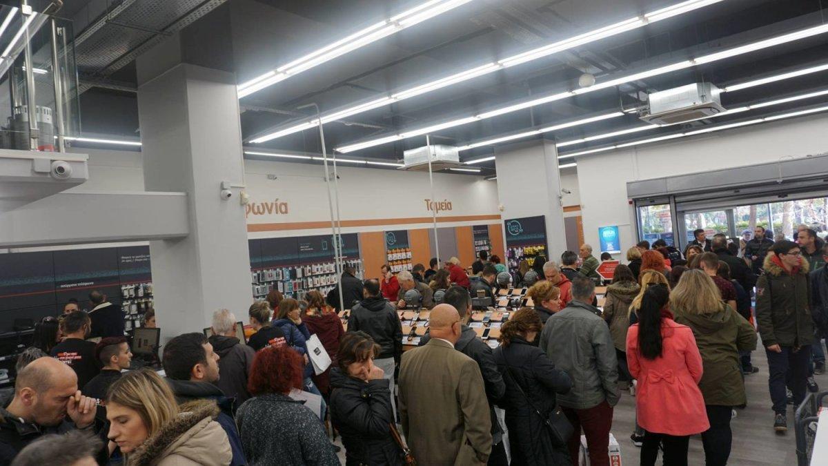 Black Friday: Μεγάλες ουρές στα καταστήματα της Λάρισας (φωτο)